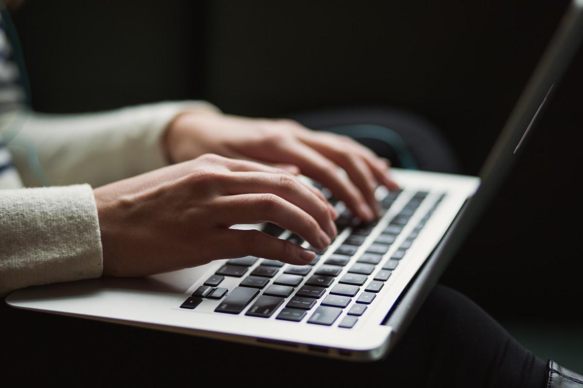 persona usando un portátil